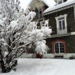 Façade et jardin sous la neige